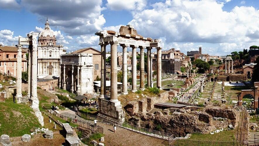 Fórum Romano e o Paladino em Roma na Itália