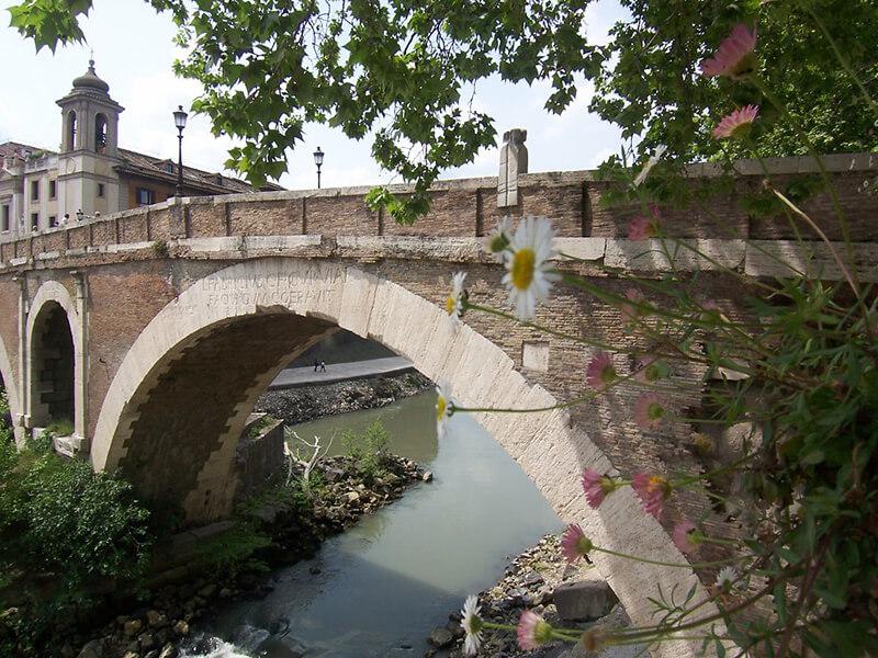 Ponte Fabrício na Ilha Tiberina em Roma