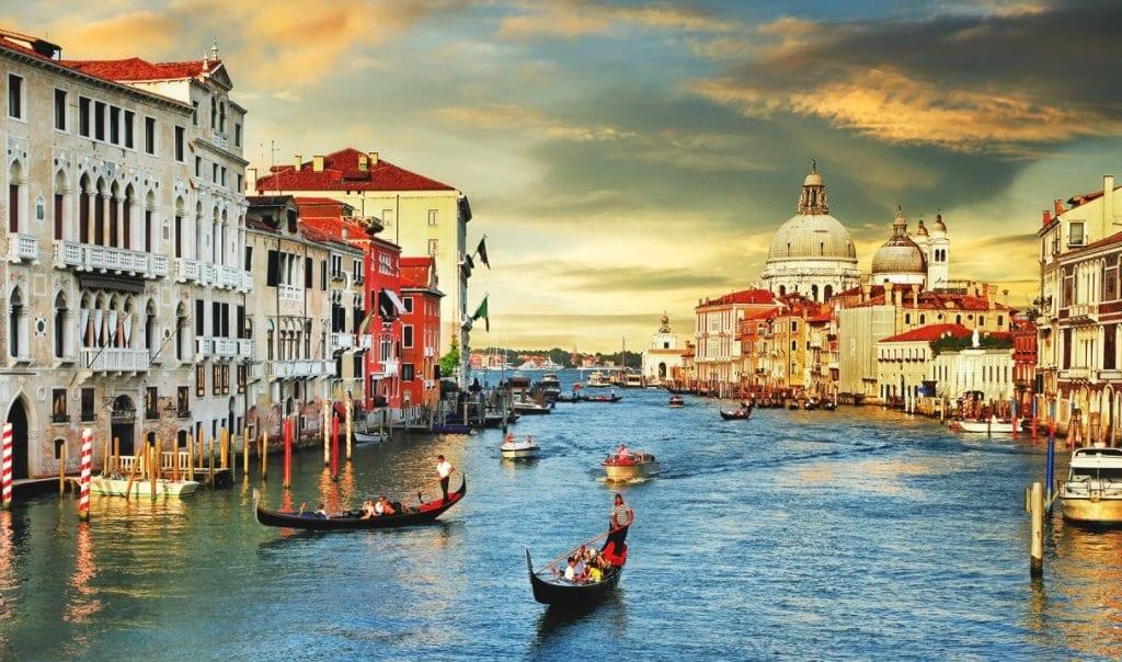 Grande Canal de Gondola em Veneza