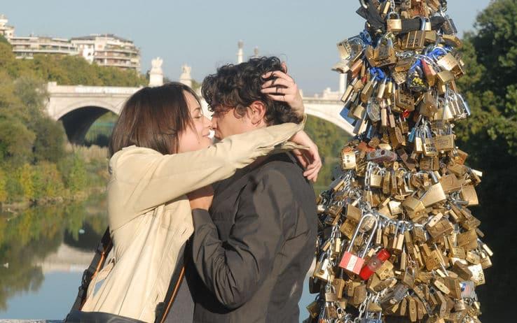 Casais apaixonados na Ponte Vecchio em Florença