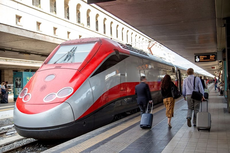 Trem na estação Roma Termini na Itália