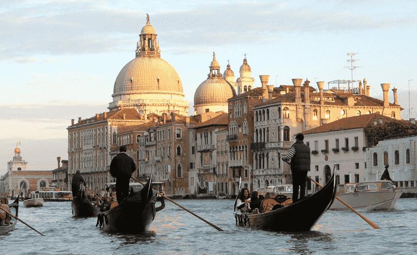 Serenata e jantar na gôndola em Veneza