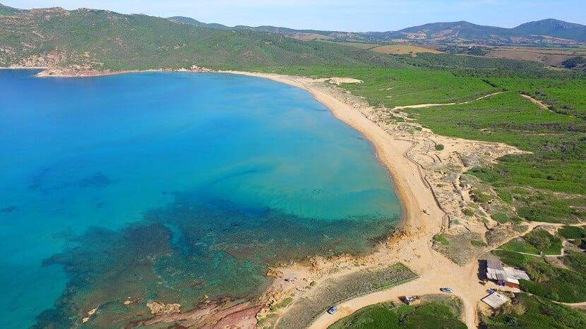 Praia Porto Ferro em Sardenha