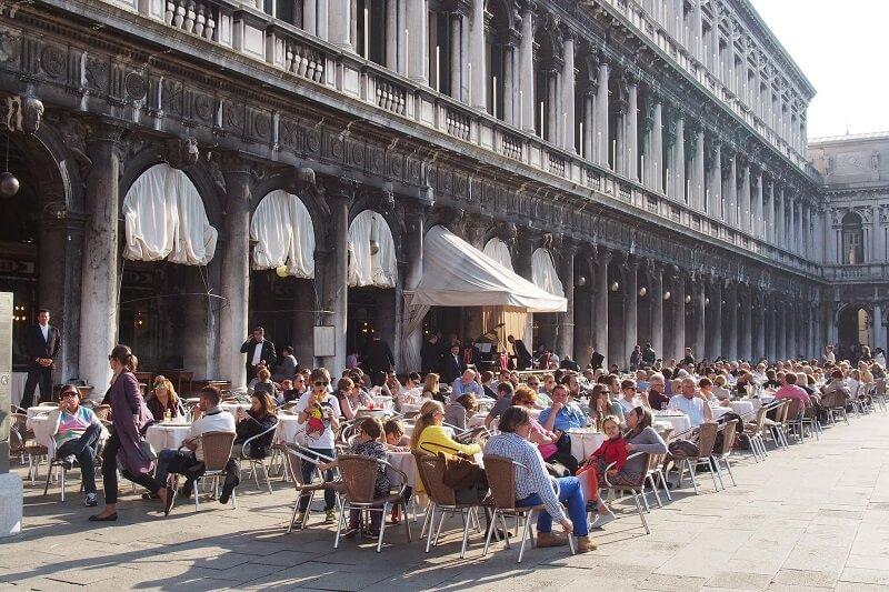 Passeio em Piazza Maggiore - Bolonha