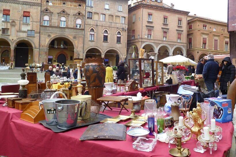 Comércio nas ruas de Bolonha na Itália