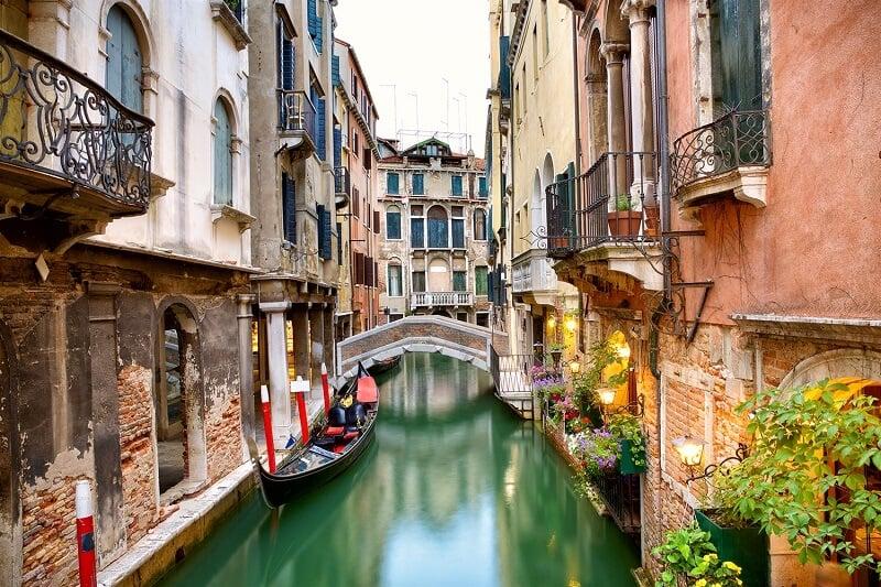 Gôndola em canal de Veneza na Itália