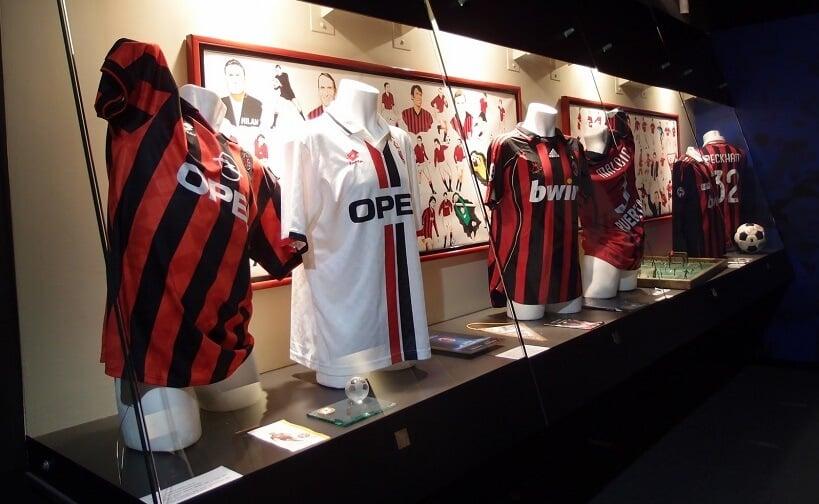 Coleção de camisas no museu do Estádio Giuseppe Meazza