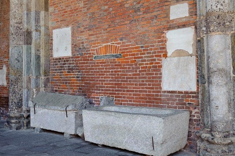 Fragmento arqueológico exposto no átrio da Basílica di Sant'Ambrogio