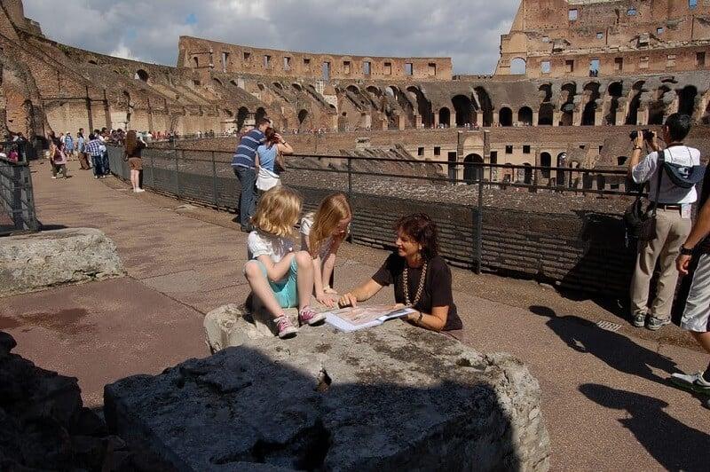 Crianças no Coliseu de Roma