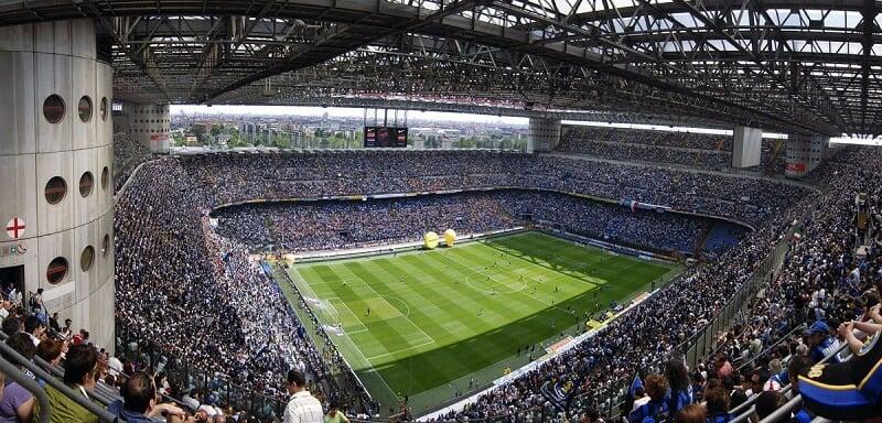 Interior do Estádio Giuseppe Meazza em Milão