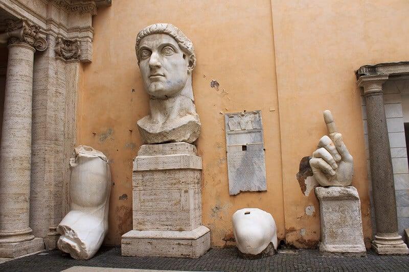 Estátuas no interior dos Museus Capitolinos no Monte Capitolino