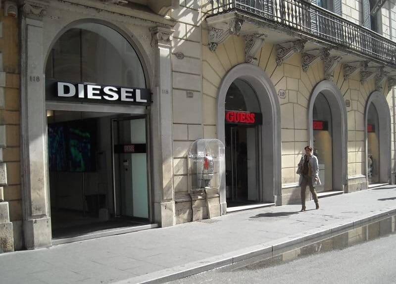 Lojas da Diesel e da Guess na Via del Corso em Roma