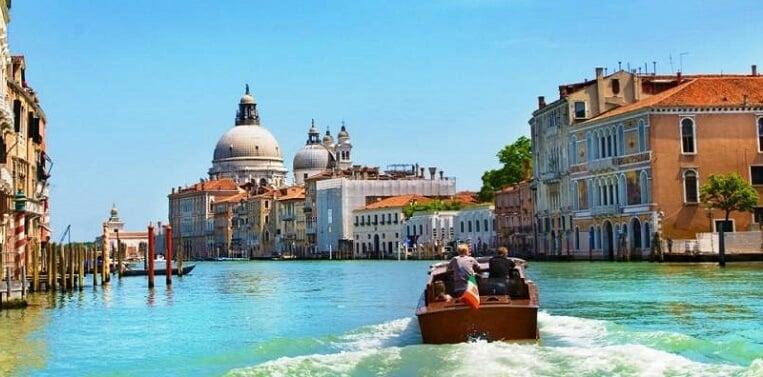 Barco em canal de Veneza na Itália