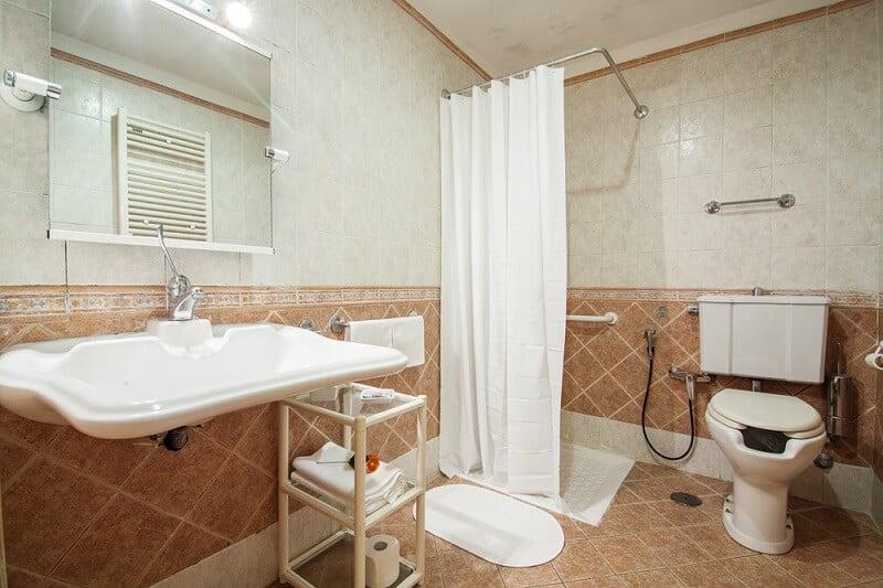 Banheiro de hotel adaptado para deficientes físicos