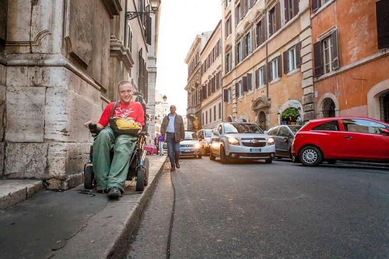 Cadeirante em rua de Roma