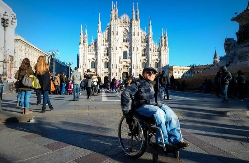 Cadeirante na Piazza del Duomo em Milão na Itália