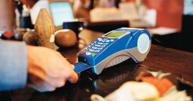 Compra sendo feita com cartão de crédito