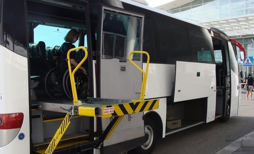 Ônibus com elevador para deficientes físicos
