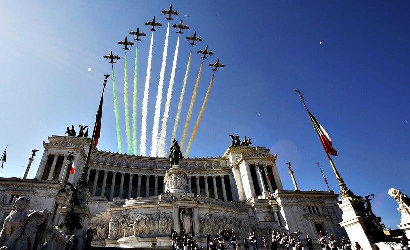Aviões sobrevoando o monumento Vittorio Emanuelle II em Roma