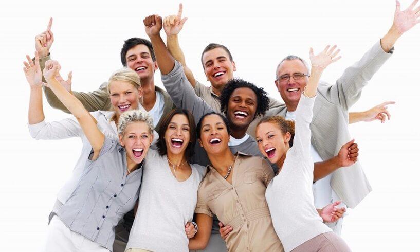 Pessoas felizes e comemorando