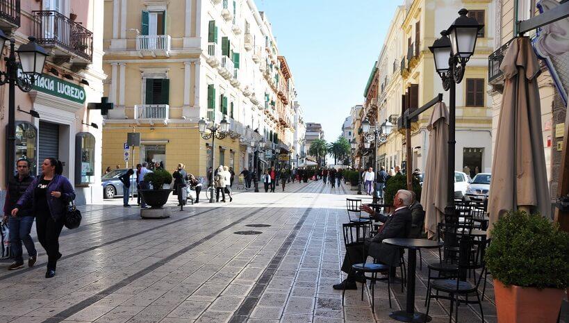 Rua da região conhecida como cidade nova em Taranto