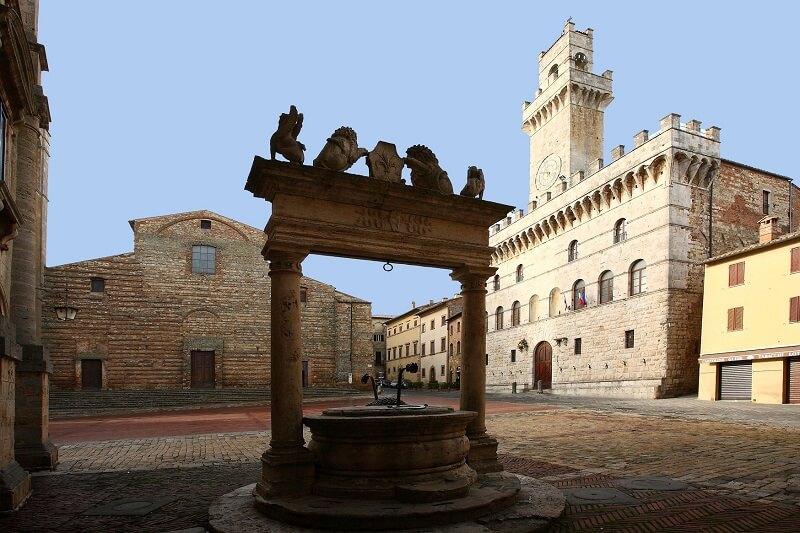 Poço Medieval com catedral de Montepulciano e Palazzo Comunale de fundo