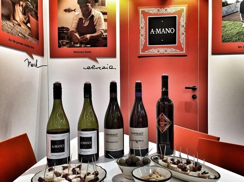 Garrafas produzidas na vinícola A Mano em Bari