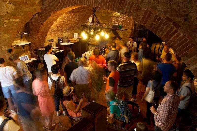 Visitantes na Cantina de' Ricci em Montepulciano