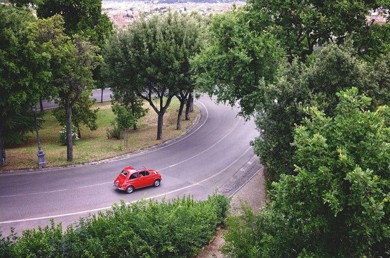 Carro em estrada da Itália