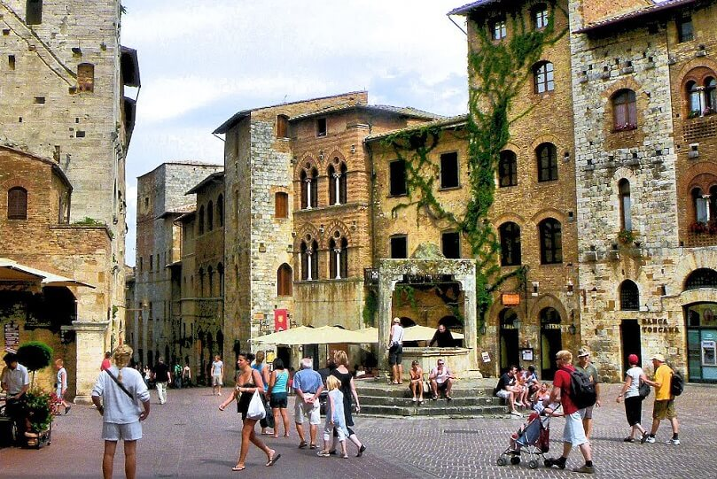 Visitantes na Piazza della Cisterna