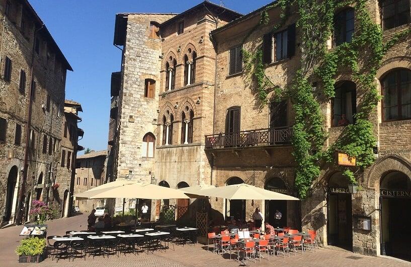Restaurante na Piazza della Cisterna em San Gimignano