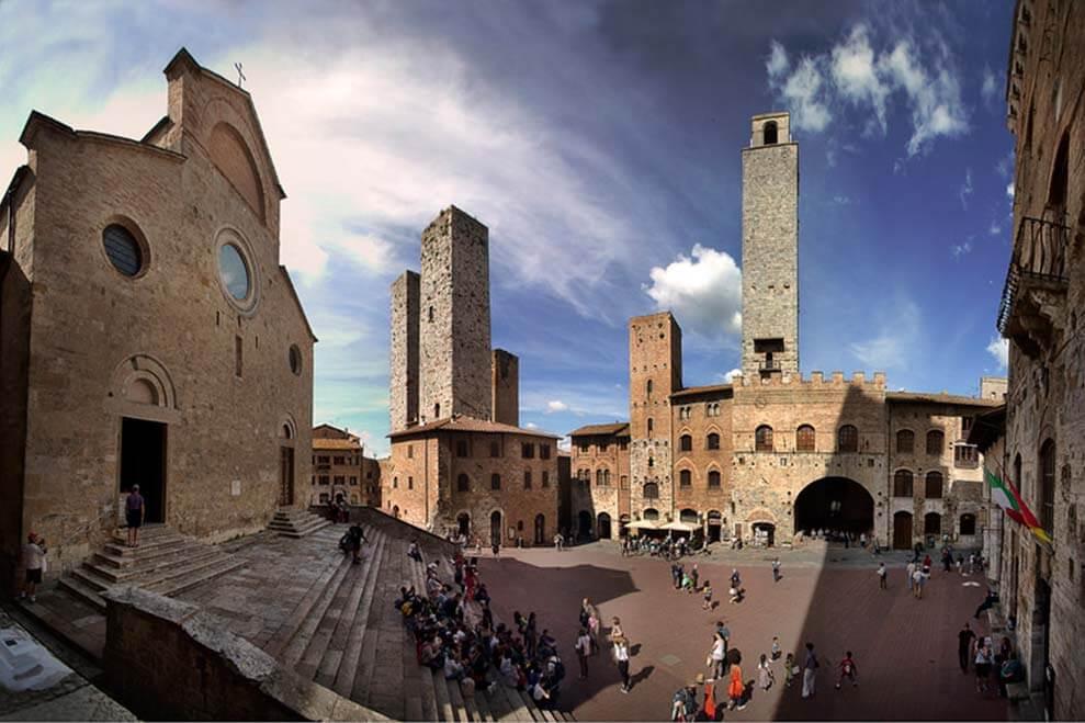 Pessoas na Piazza del Duomo em San Gimignano