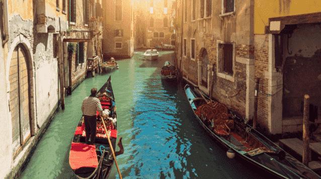 Gôndolas em canal de Veneza