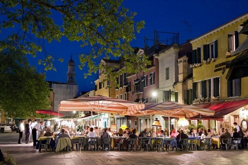 Pessoas no Campo di Santa Margherita durante a noite
