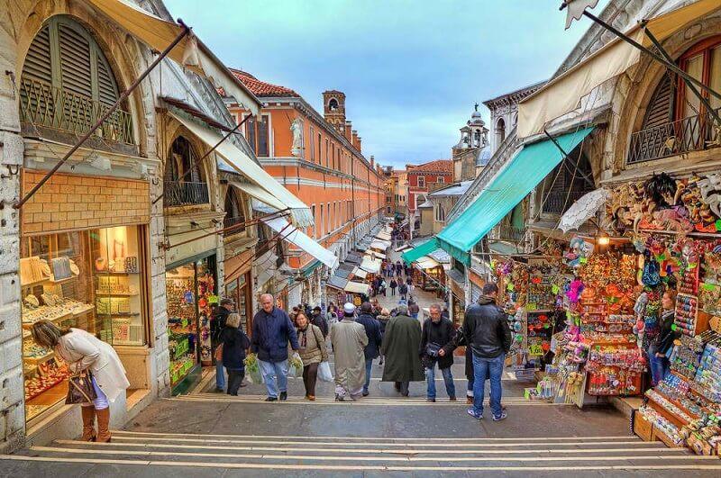 Comércio nos arredores da Ponte di Rialto em Veneza na Itália