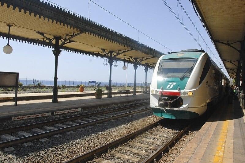 Trem na estação Taormina Giardini