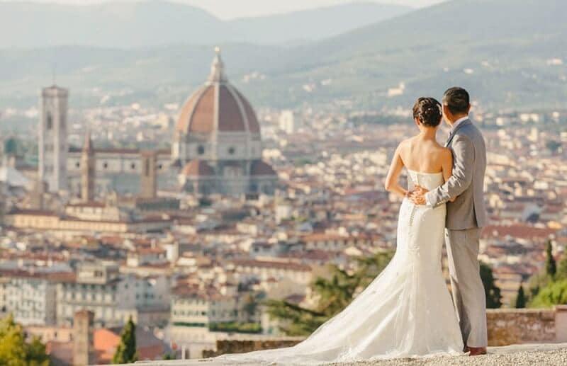 Noivos na Piazzale Michelangelo em Florença na Itália