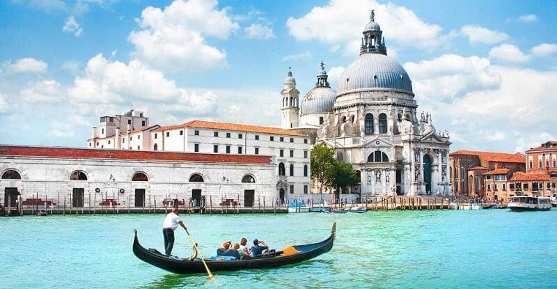 Turistas fazendo o passeio de gôndola por Veneza