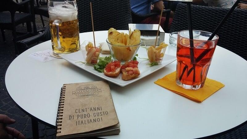 Mesa com aperitivos e bebidas em restaurante italiano