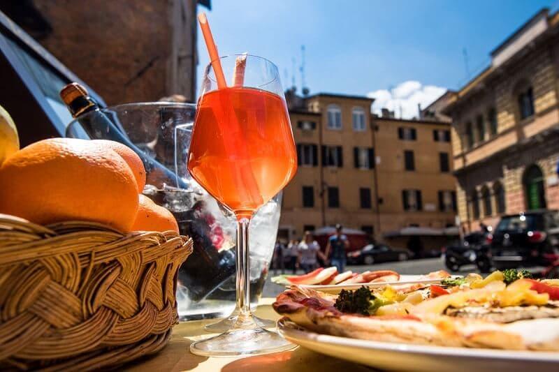 Mesa com drink e petiscos em restaurante de Roma