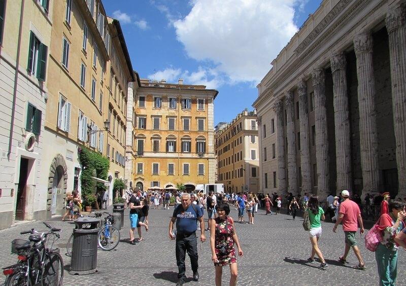 Salotto 42 com plantas verdes na entrada e na frente Templo de Adriano