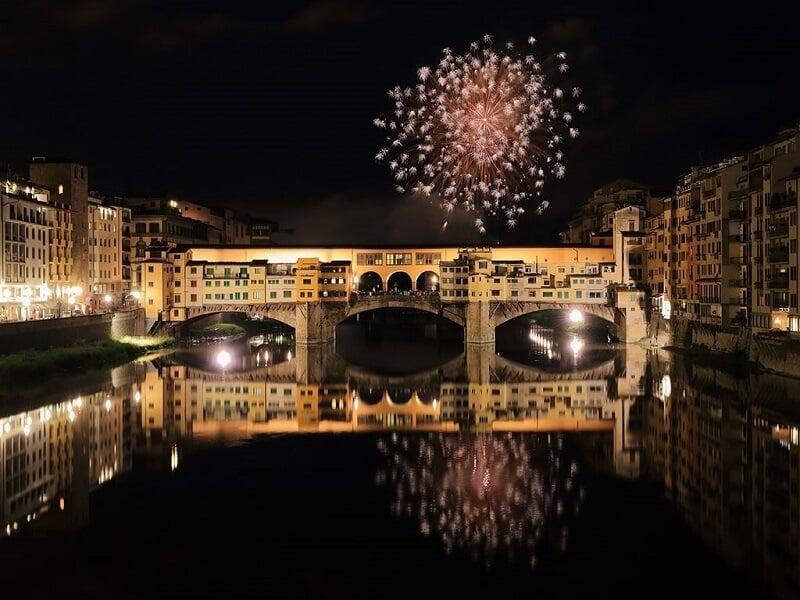 Fogos na Ponte Vecchio em Florença na Itália