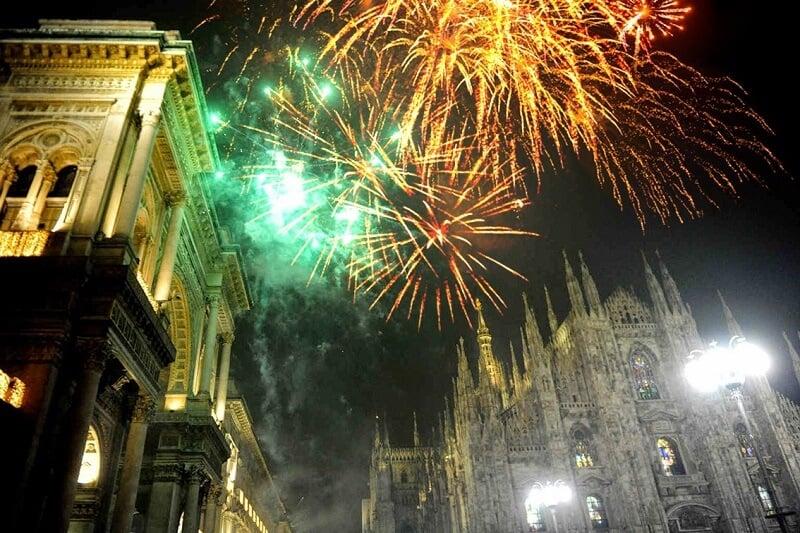 Fogos de artifício na Piazza del Duomo em Milão