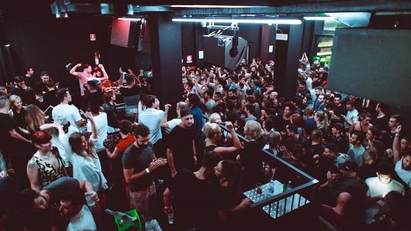 Pessoas em clube de Milão