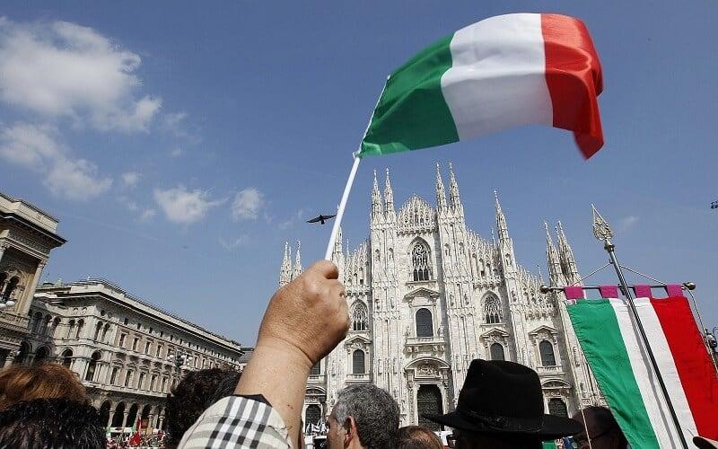 Bandeira da Itália na frente do Duomo do Milão no dia da libertação