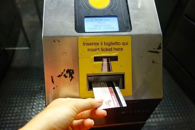 Pessoa validando o bilhete