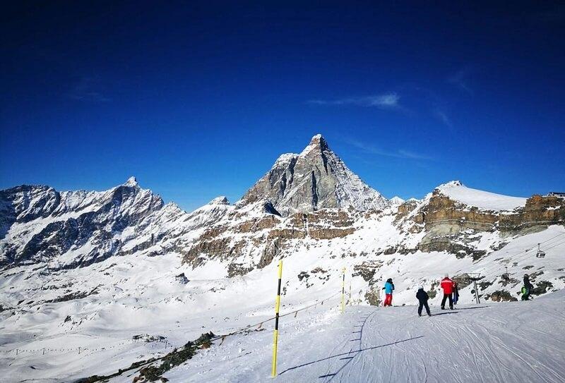 Pessoas esquiando na região de Breuil-Cervinia na Itália