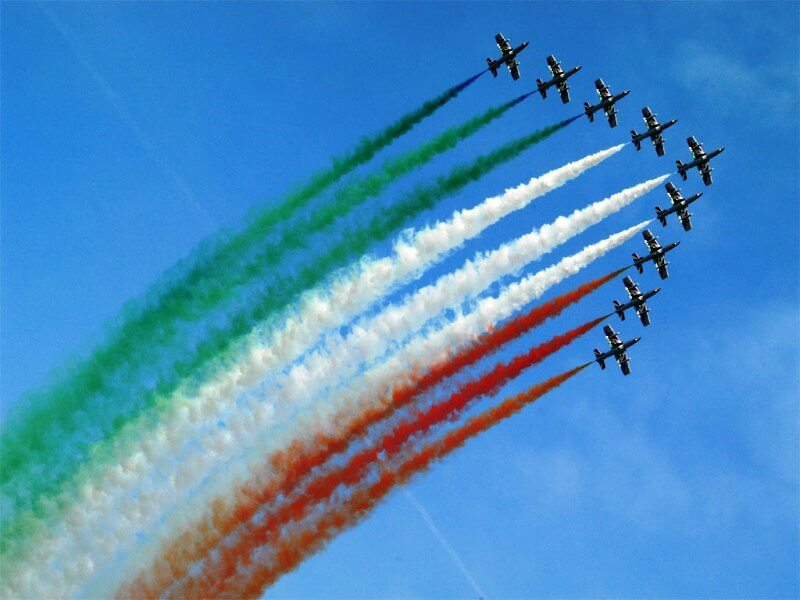 Aviões colorem o céu com cores da bandeira italiana
