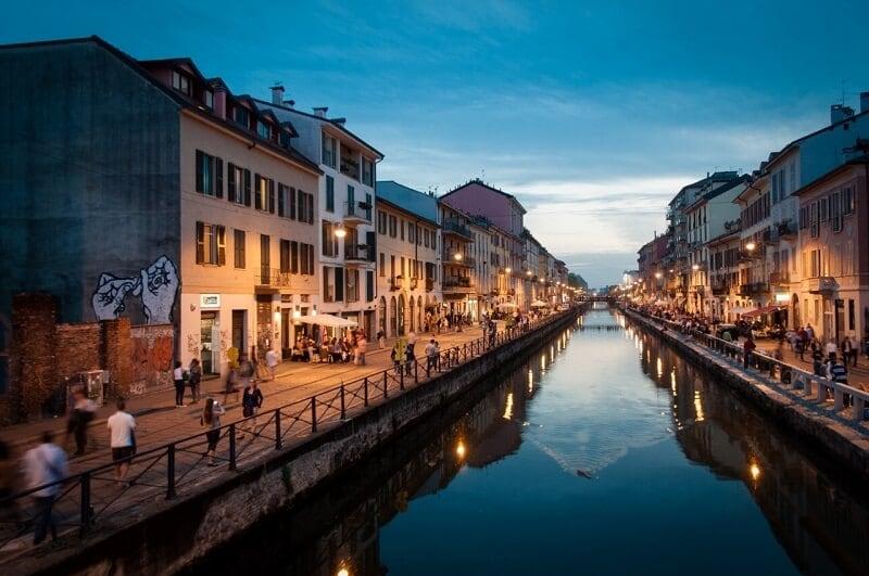 Canal do bairro Navigli em Milão