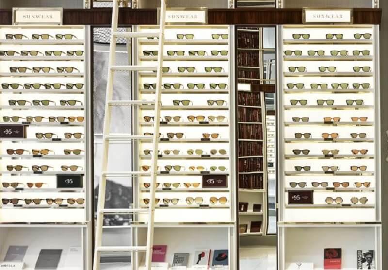 Óculos escuros expostos para venda
